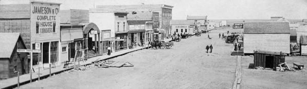 Main Street, Hanna 1913. Photo courtesy of the Glenbow Archives.